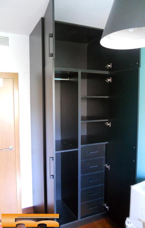 Armario a medida negro estantes columna barcelona beatriz - Estanteria interior armario ...
