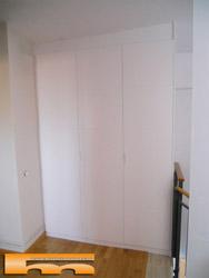 armario a medida semi-abuhardillado con poco desnivel techo para Duplex en Parets del Vallès, Barcelona